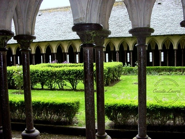 Mont Saint Michel. Curtea interioara a abatiei.