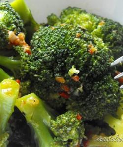 Broccoli cu usturoi si pasta de ardei