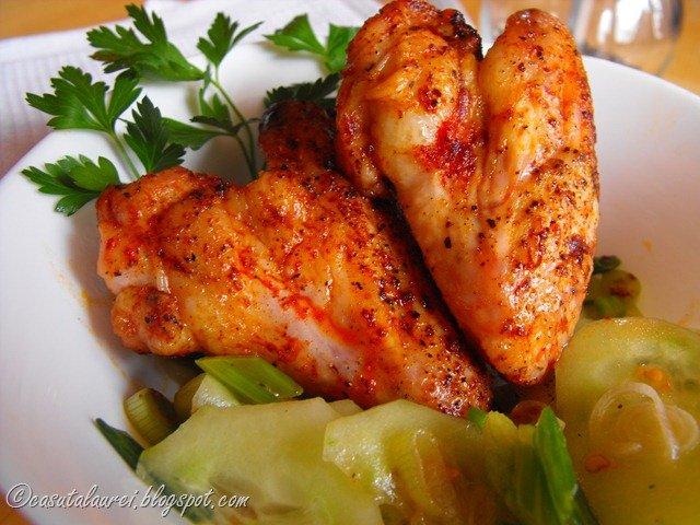 Aripioare de pui picante cu salata de castraveti