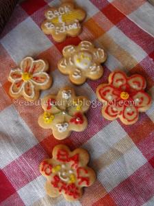 Biscuiti dulci decorati cu royal icing si diverse bombonele