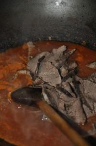 Muschi cu sos de ardei iute si ceapa rosie marinata