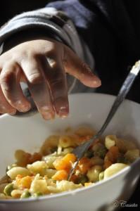 Macaroane cu crema de branza, mazare si morcovi