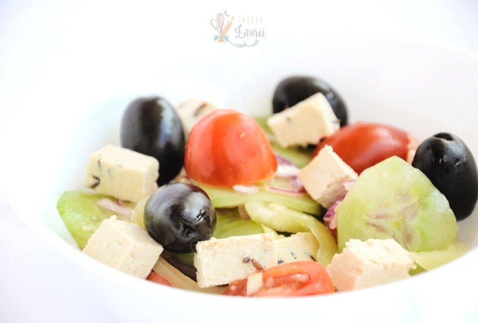 salata greceasca cu rosii, castraveti, masline, tofu