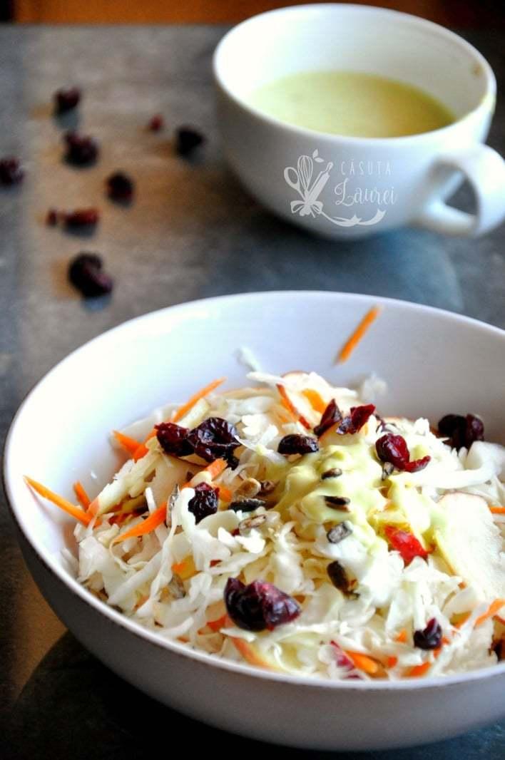 salata de varza cu seminte si merisoare