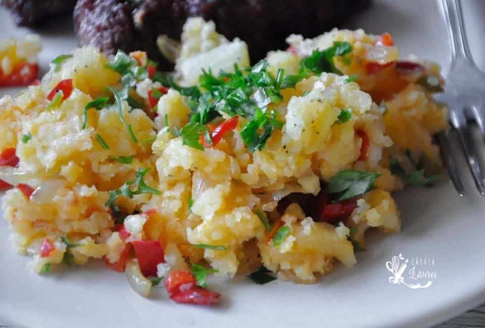 cartofi razuiti la tigaie cu ceapa si ardei