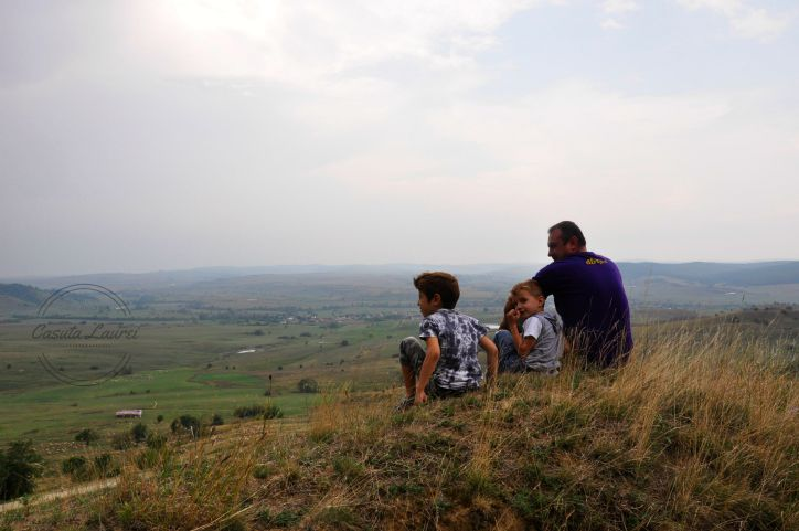 familia mea admira peisajul de la inaltime